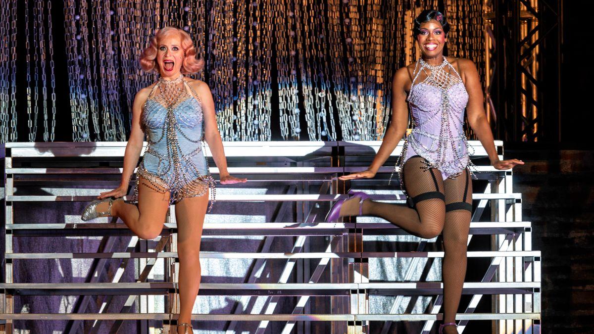 Showgirls mit Kissen und Gewissen: Die beiden Hauptdarstellerinen auf der Showtreppe