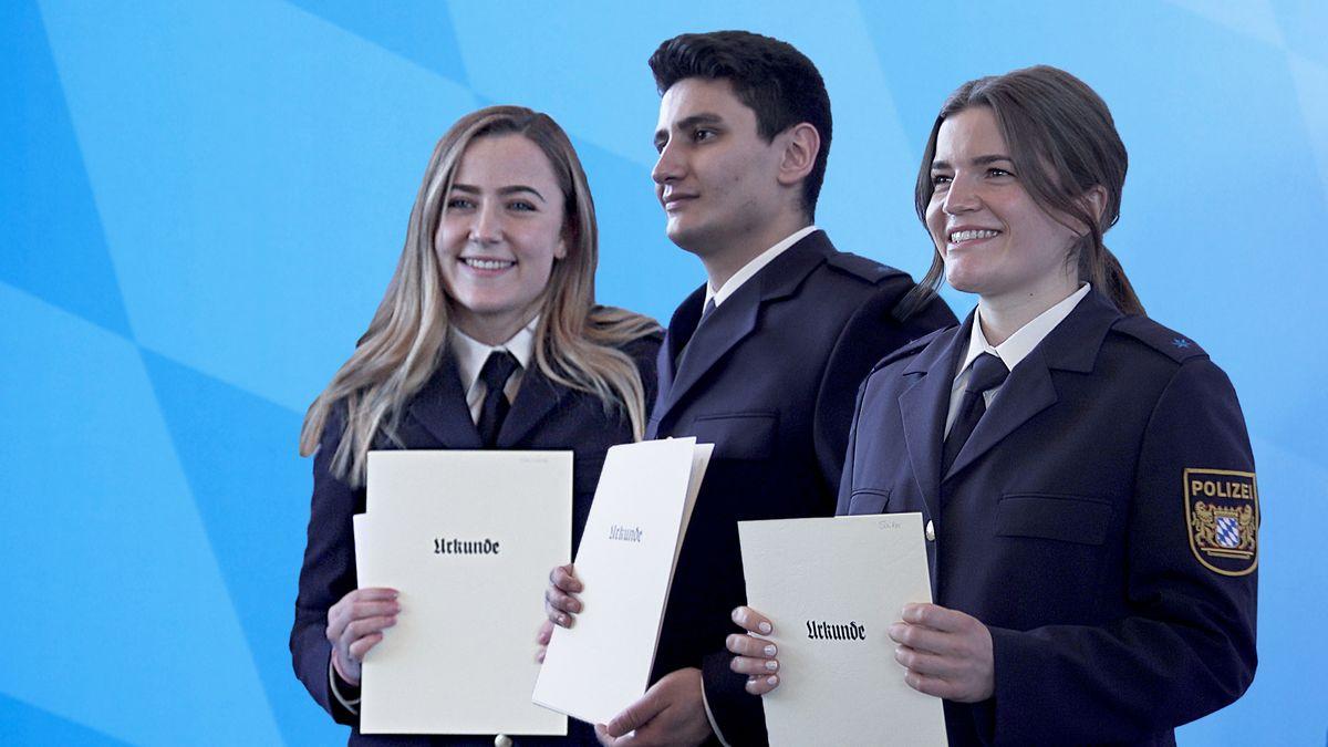 Annelie (li), Hasan und Marina (re) freuen sich nach dem Abschluss der Polizeischule über ihre Urkunden,