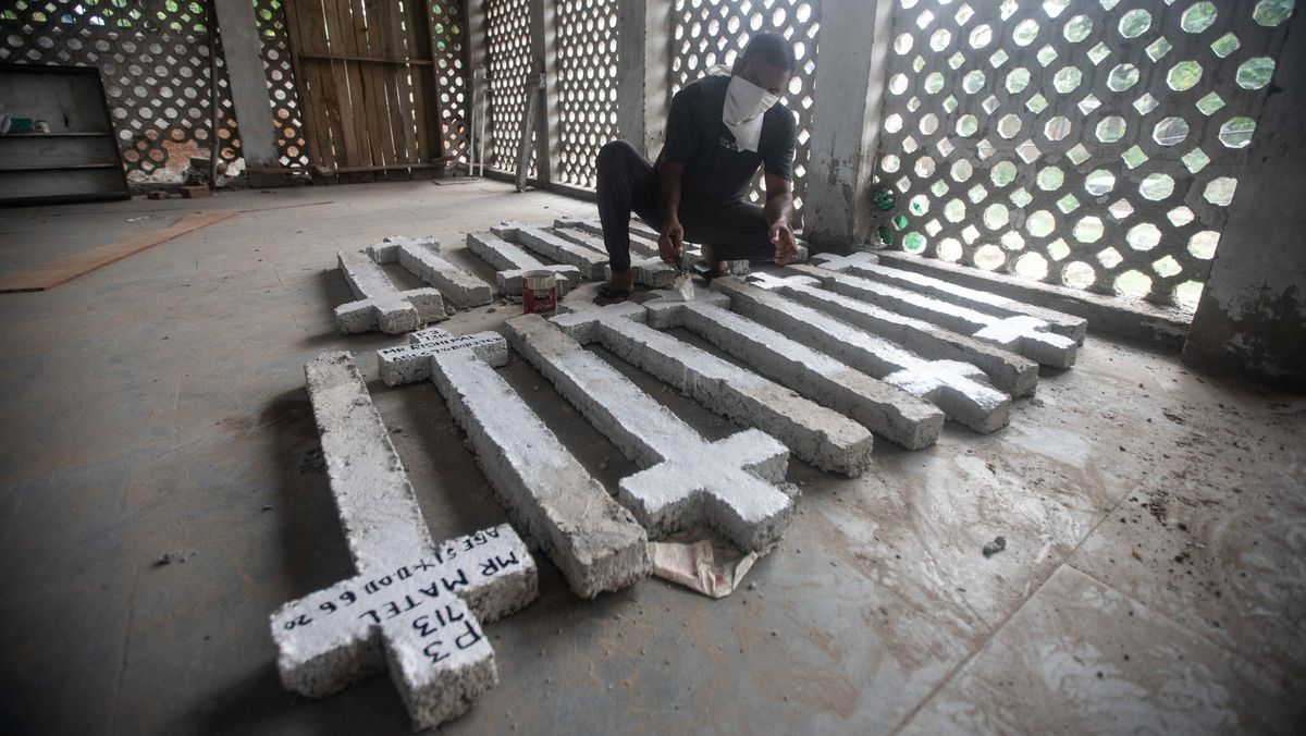 Ein Friedhofsmitarbeiter bereitet in Neu-Delhi, Indien, frische Markierungen für die Gräber von Covid-19-Toten vor. In Indien sind die Infektionen zuletzt stark gestiegen.
