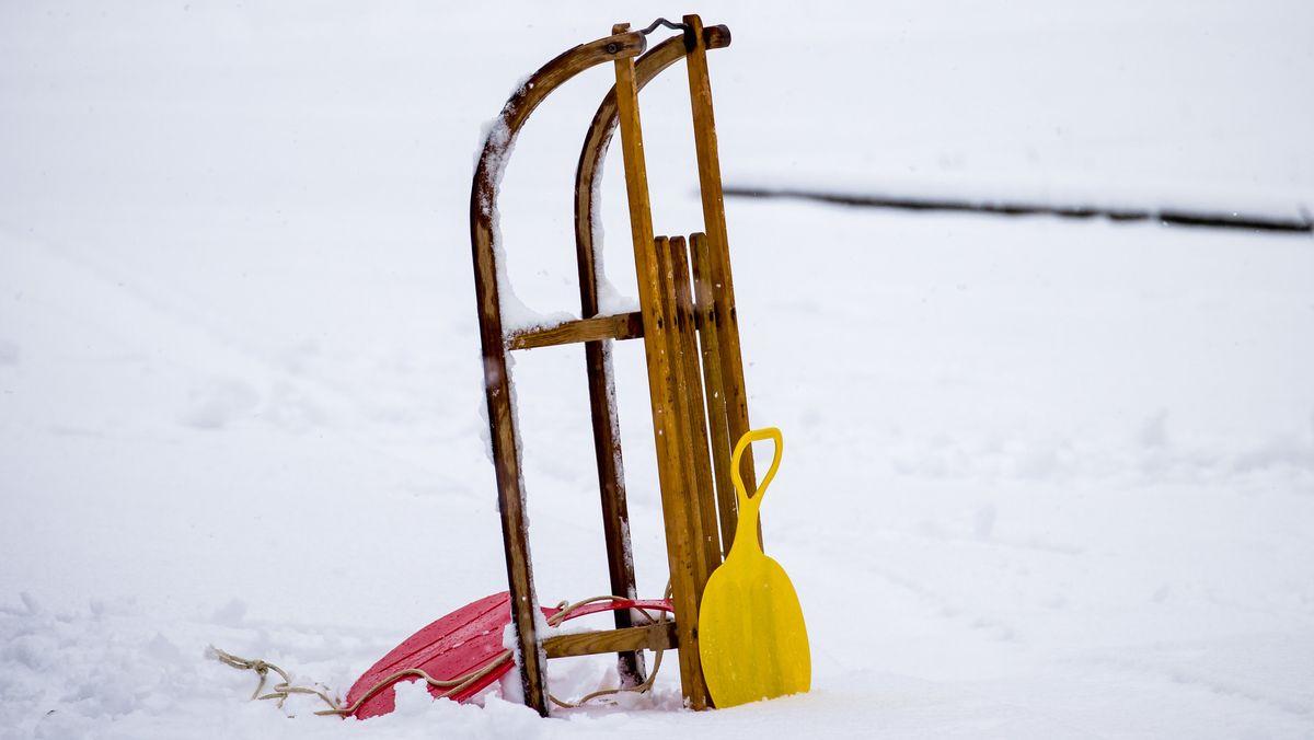 Ein Schlitten steht im Schnee (Symbolfoto)