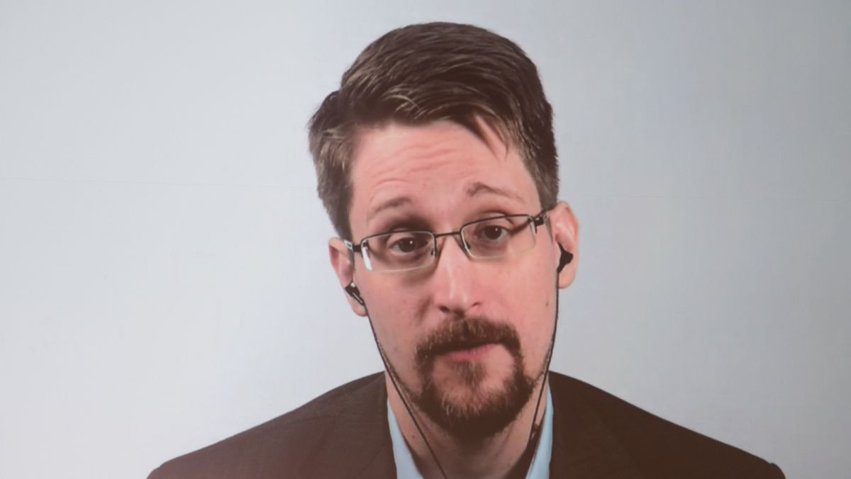 Archiv: Edward Snowden ist auf einer Videoleinwand zu sehen