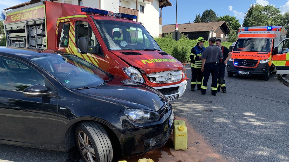 Feuerwehr-Auto und PKW nach Zusammenstoß