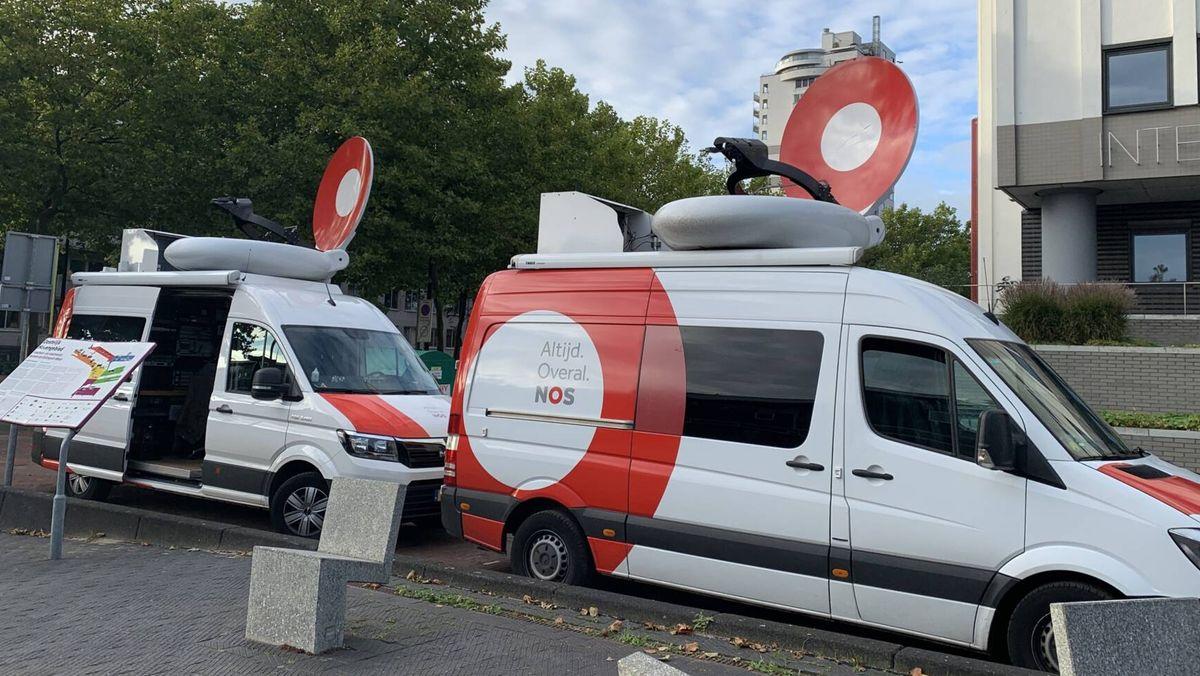Zwei Ü-Wagen des niederländischen Öffentlich-Rechtlichen Rundfunks NOS, ab heute ohne Logo