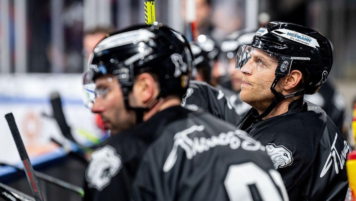 Spieler der Ice Tigers Nürnberg auf der Bank