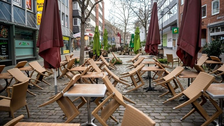 Bremen: Die Stühle der Außengastronomie in der Innenstadt sind hochgestellt. | Bild:dpa-Bildfunk