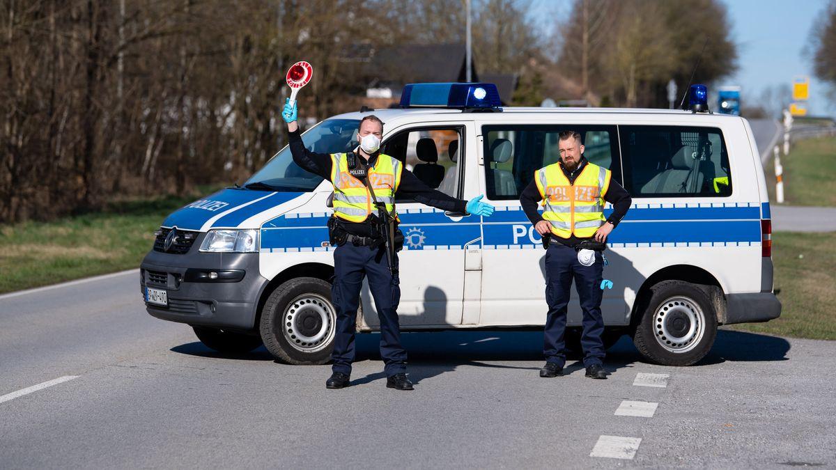 Neuhaus am Inn: Polizisten stehen an der Bundesstraße 512 in der Nähe von Neuhaus am Inn an einer Kontrollstelle an der Grenze zu Österreich.