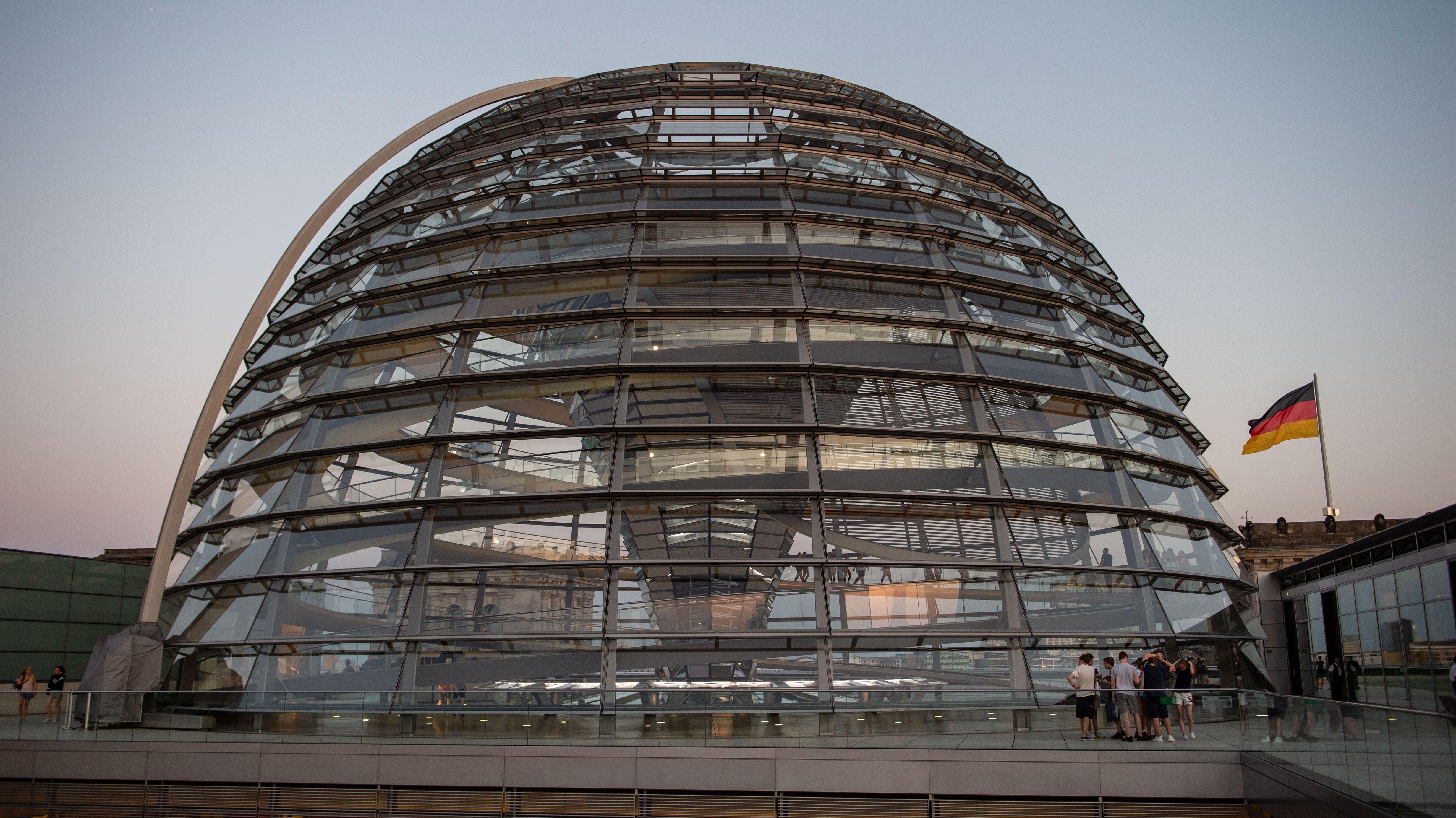 Die Kuppel des Bundestags am späten Abend (Aufnahme vom 26.06.2019).