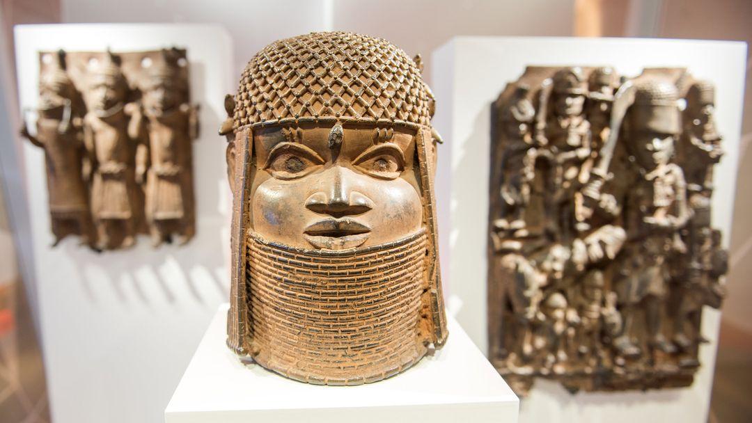 Man sieht einen Kopf aus Bronzeguß im Museum für Kunst und Gewerbe Hamburg. Er gehört zu den sogenannten Benin-Bronzen aus dem heutigen Nigeria.
