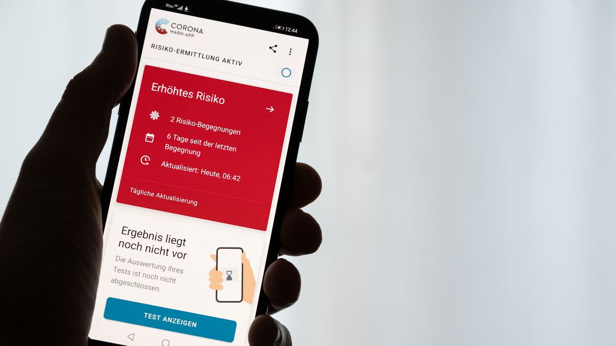 Smartphone mit aktivierter Corona-Warn-App