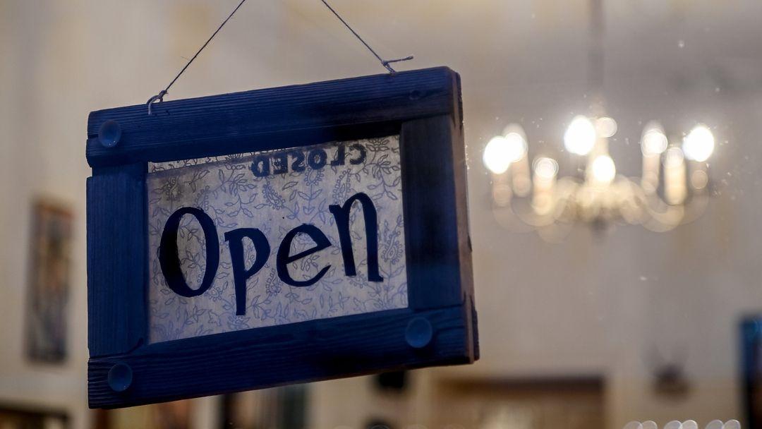 """Ein """"Open""""Schild in einem Ladenfenster (Symbolbild)"""
