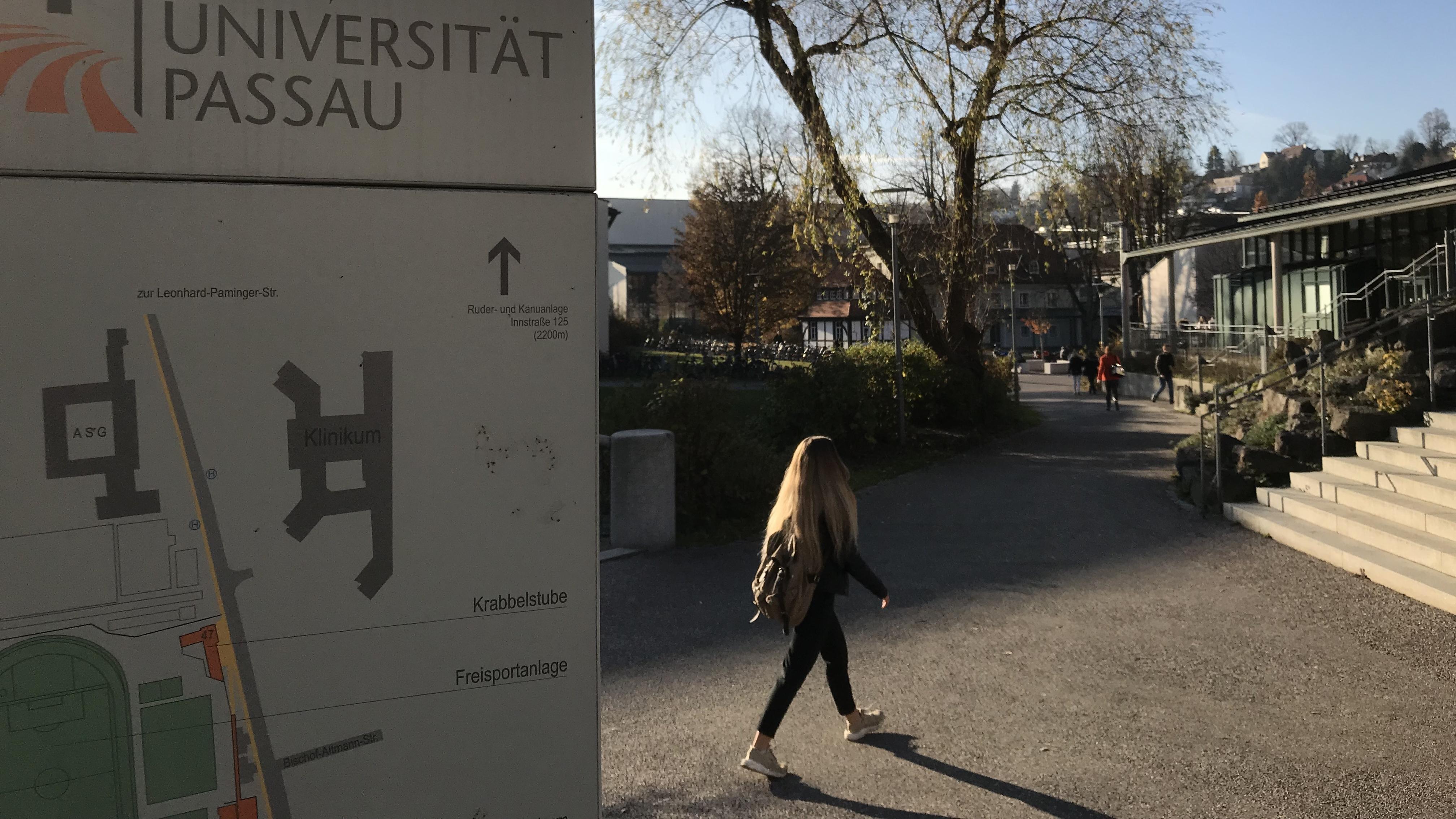 Studentin auf dem Campus der Universität Passau