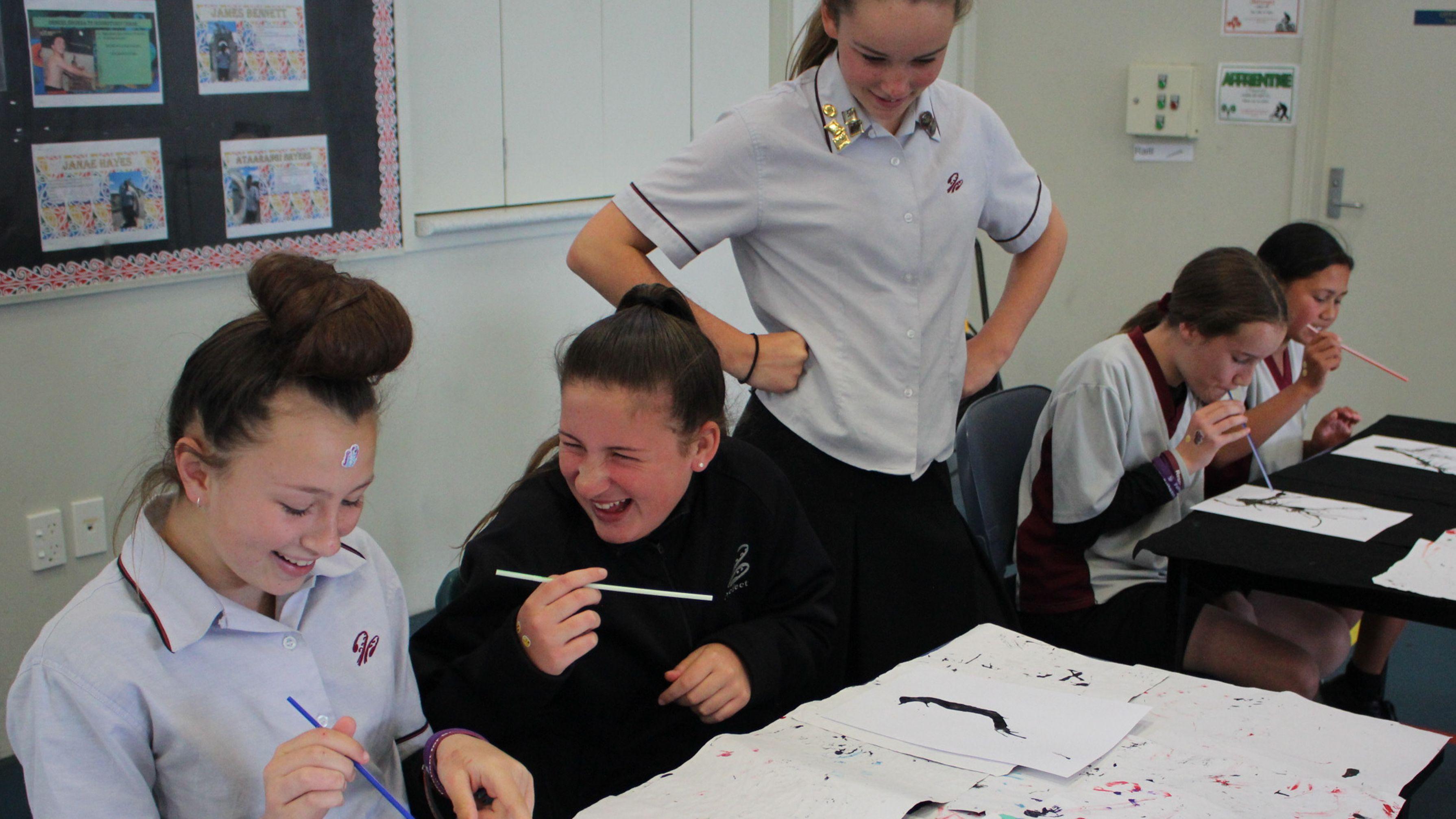 Mädchen haben Spaß beim Kunstunterricht in Neuseeland
