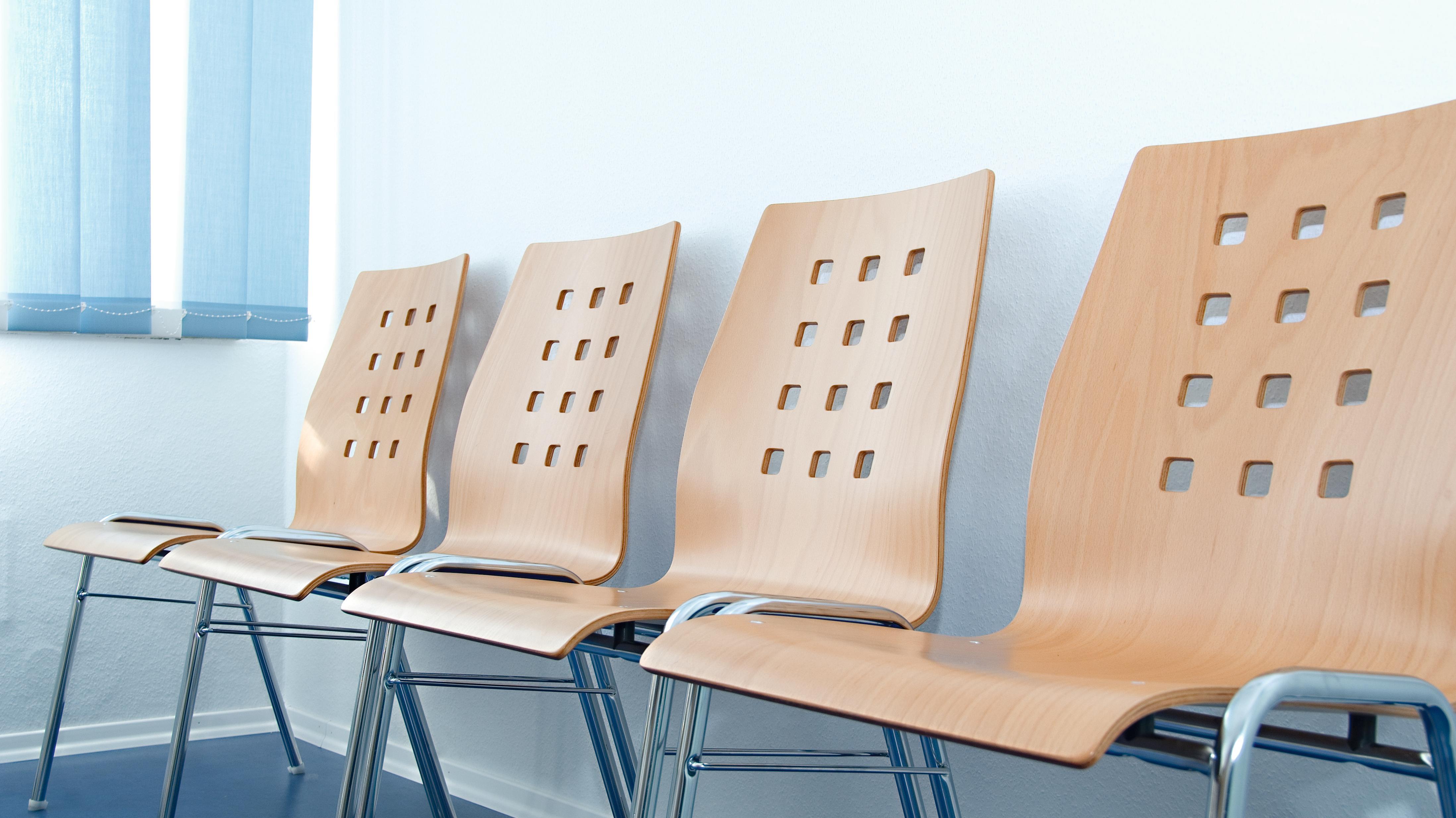 Leere Stühle in einem Wartezimmer.