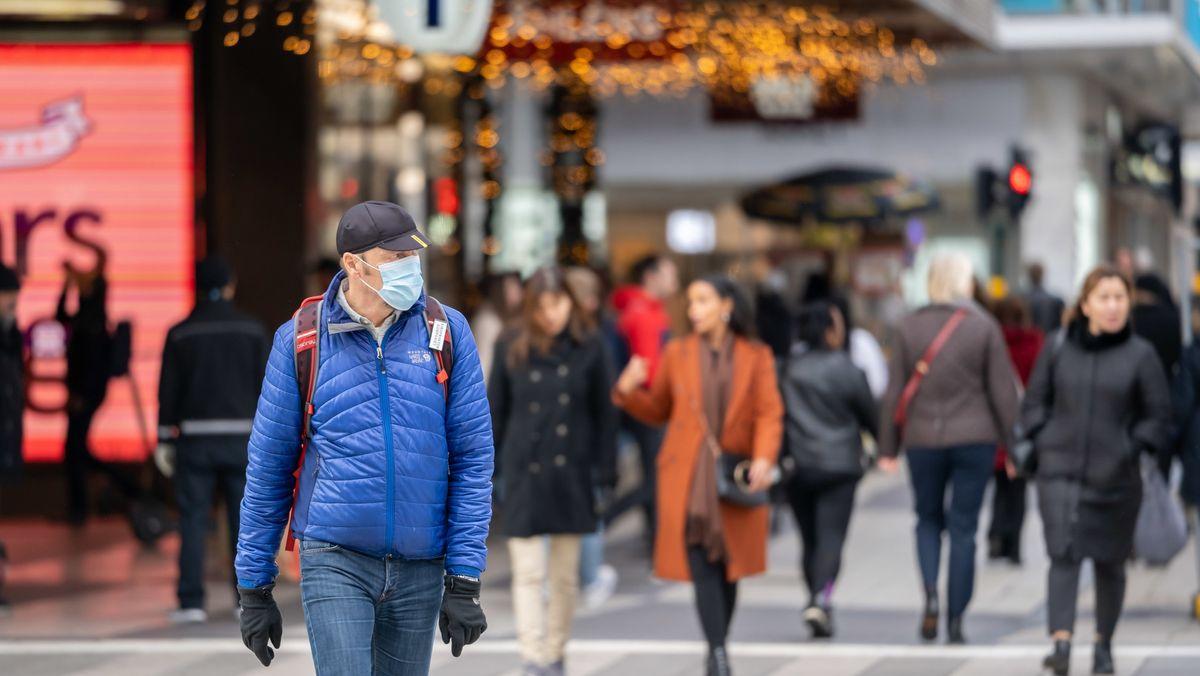 Ein Mann mit einer Mund-Nasen-Bedeckung in der schwedischen Hauptstadt Stockholm.