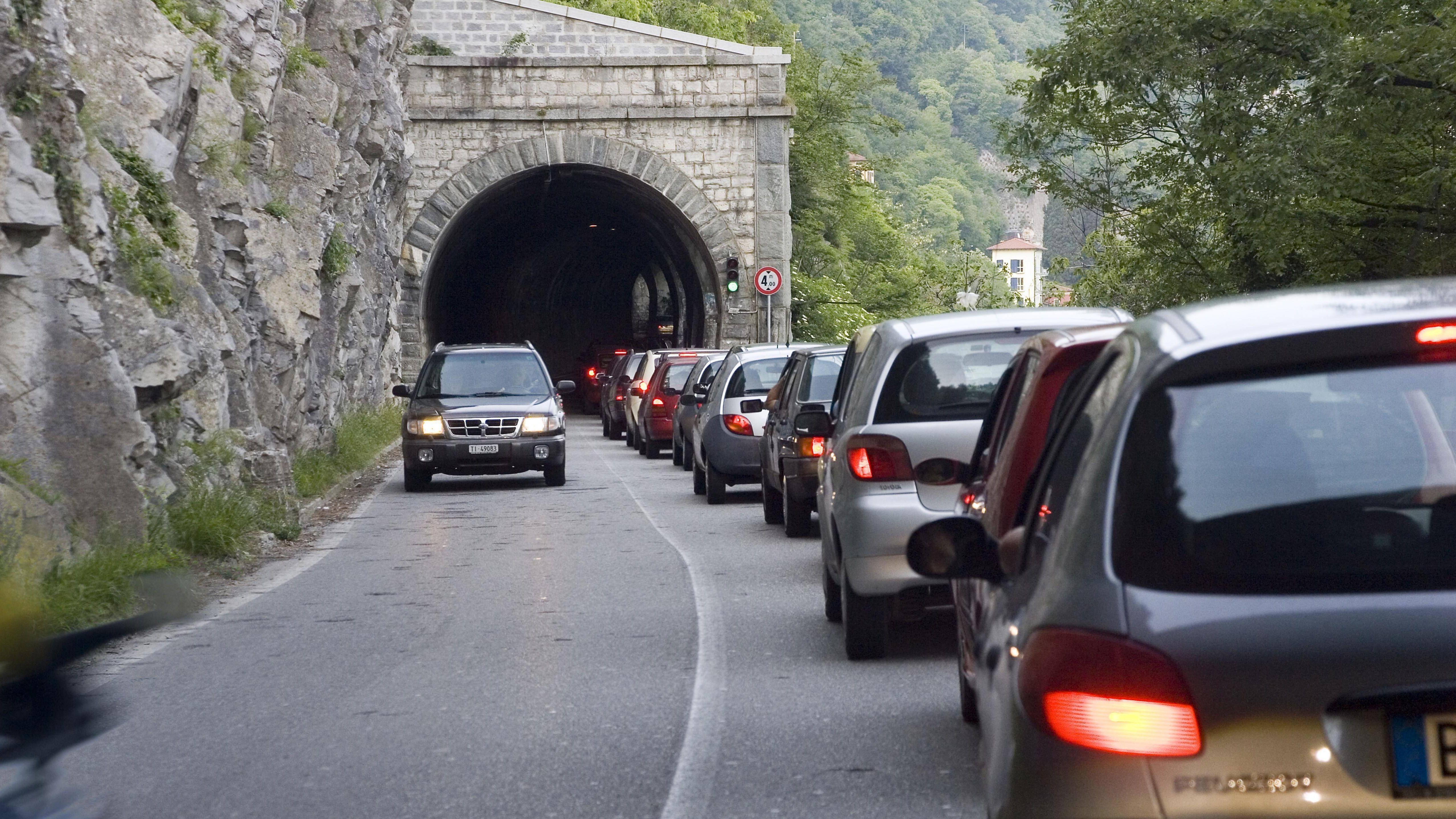 Stau vor einem Tunnel, Comer See, Lombardei