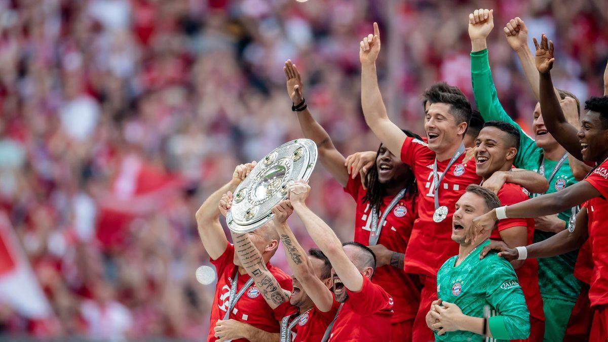 Die Bayernspieler mit der Meisterschale