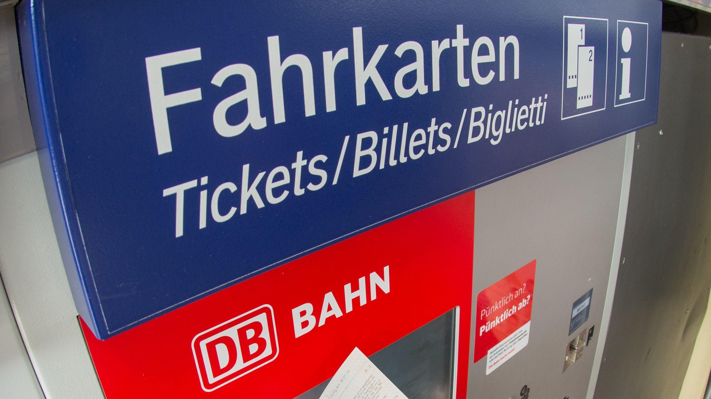 Schüler und Azubis sollen laut Söder und Reichart noch dieses Jahr öffentliche Verkehrsmittel mit dem 365-Euro-Jahresticket nutzen können.