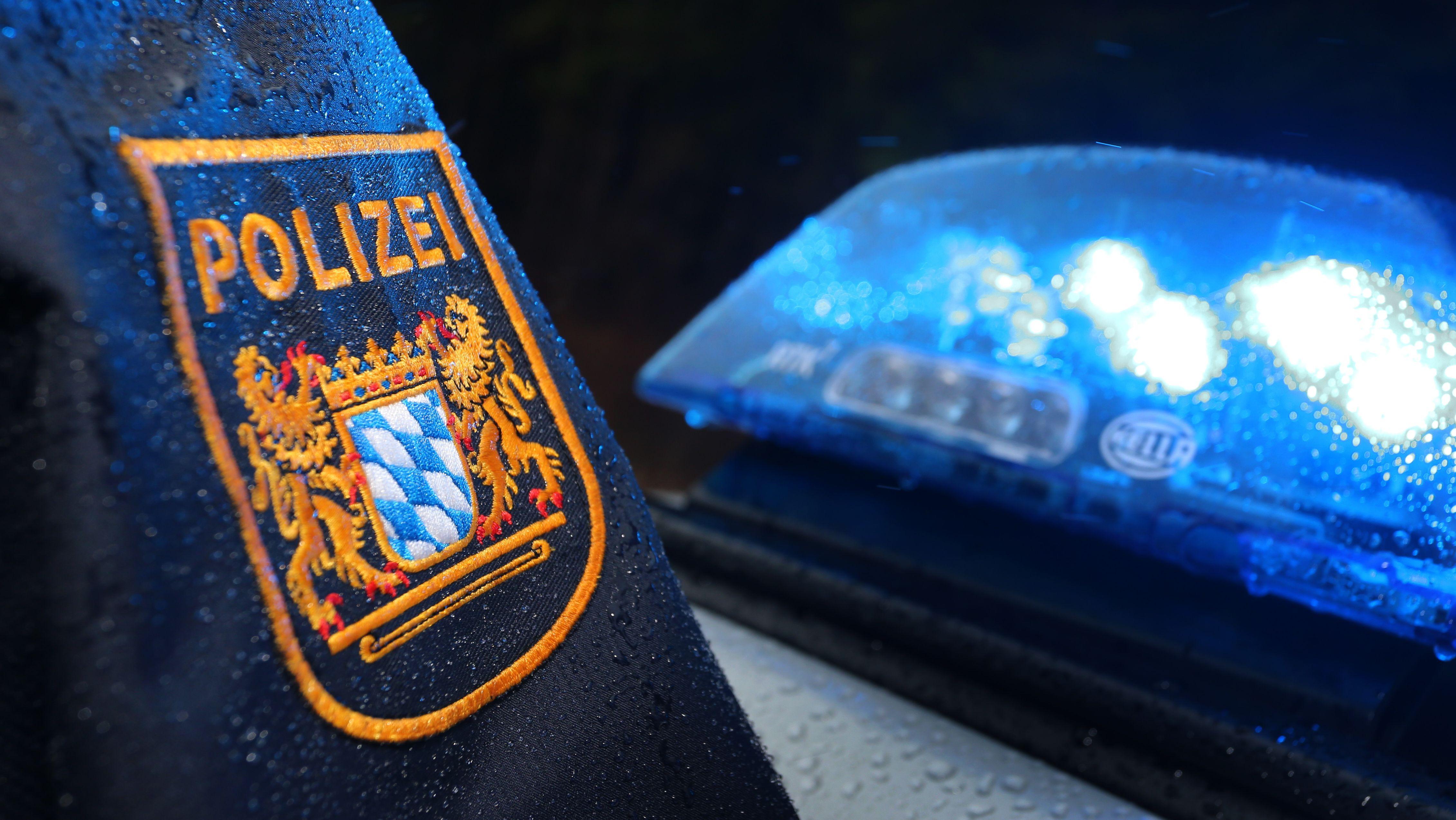 Polizist vor Streifenwagen (Symbolbild)