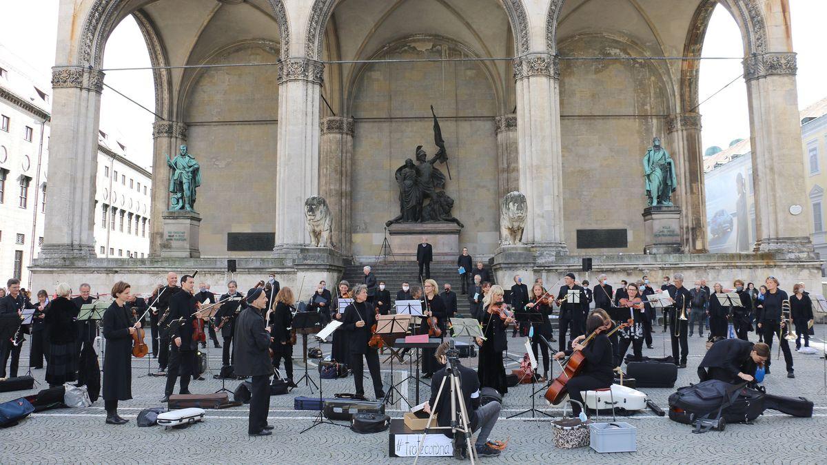 Schwarz gekleidete Musiker an der Münchner Feldherrnhalle