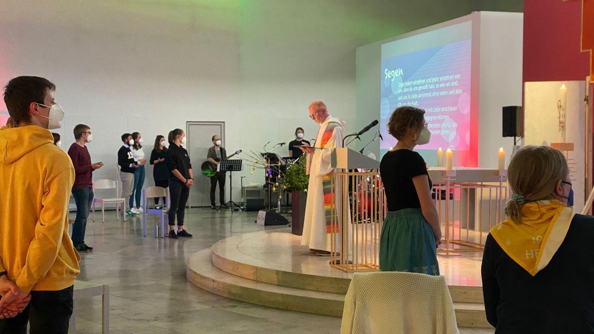 Protestaktion #liebegewinnt: Der Pfarrer Stephan Schwab segnet queere Menschen in der Würzburger Jugendkirche.