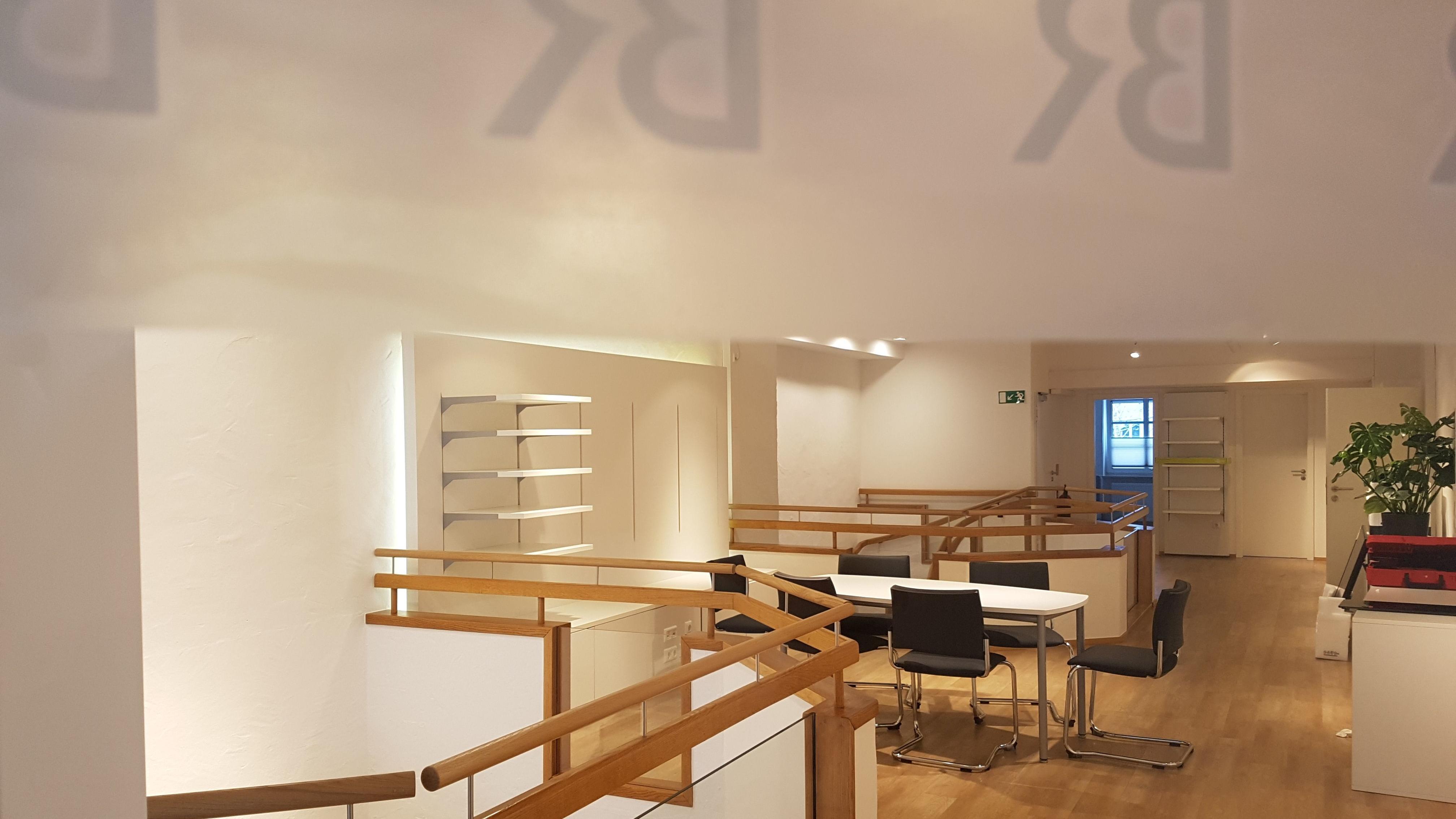Auf der offenen Galerie findet sich Platz für Hintergrundgespräche und Interviews mit Gästen.