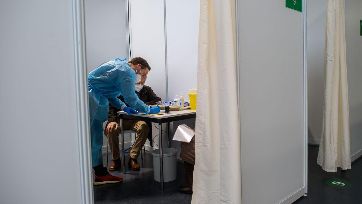 Arzt und Patient in einem Impf-Zentrum Magdeburg