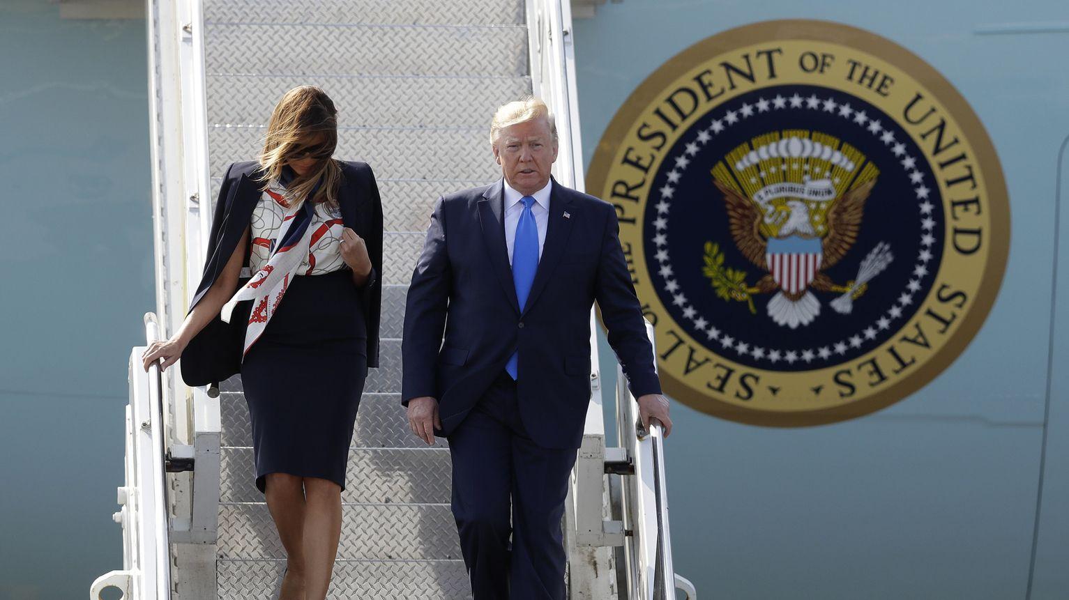 03.06.2019, Großbritannien, Stansted: Donald Trump, Präsident der USA, und seine Frau Melania Trump, First Lady der USA, verlassen die Air Force One bei ihrer Ankunft am Flughafen Stansted