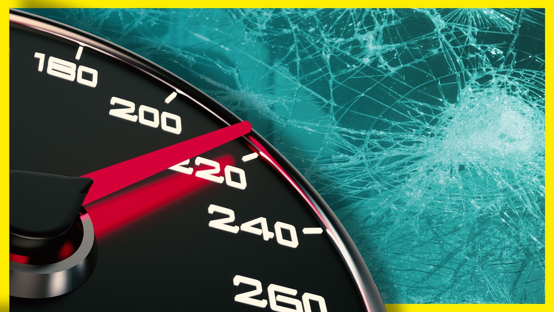 Ein Tacho, der etwa 220 km/h anzeigt vor einer gesplitterten Frontwindschutzscheibe.
