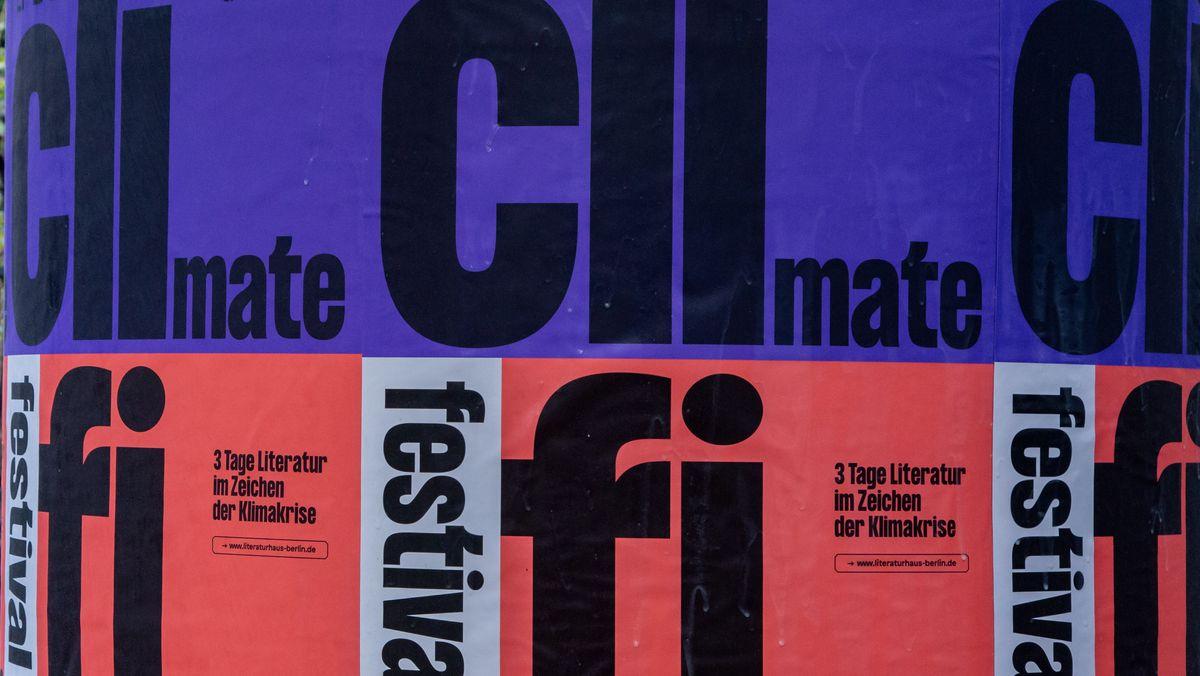 Werbeplakate zum Festival Climate Fiction Festival auf einer Litfaßsäule