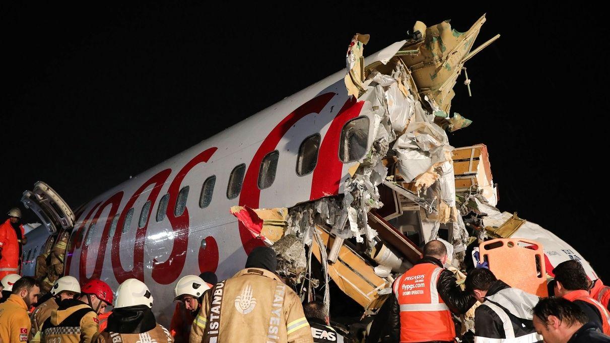 Flugzeug verunglückt auf Istanbuler Flughafen