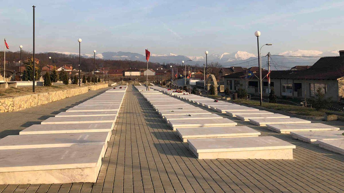 Friedhof von Krusha e Madhe, 15 Kilometer nordwestlich von Prizren. Serbischen Polizeieinheiten und Paramilitärs überfielen das Dorf.
