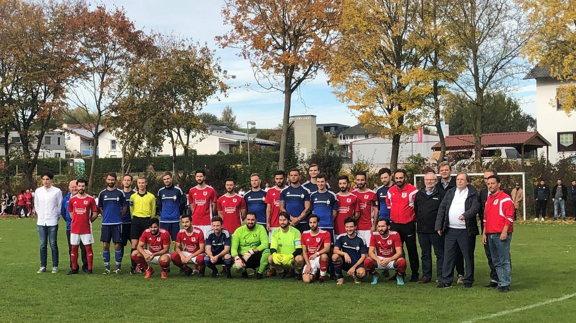 Beide Mannschaften posieren für ein gemeinschaftliches Bild vor dem Anpfiff