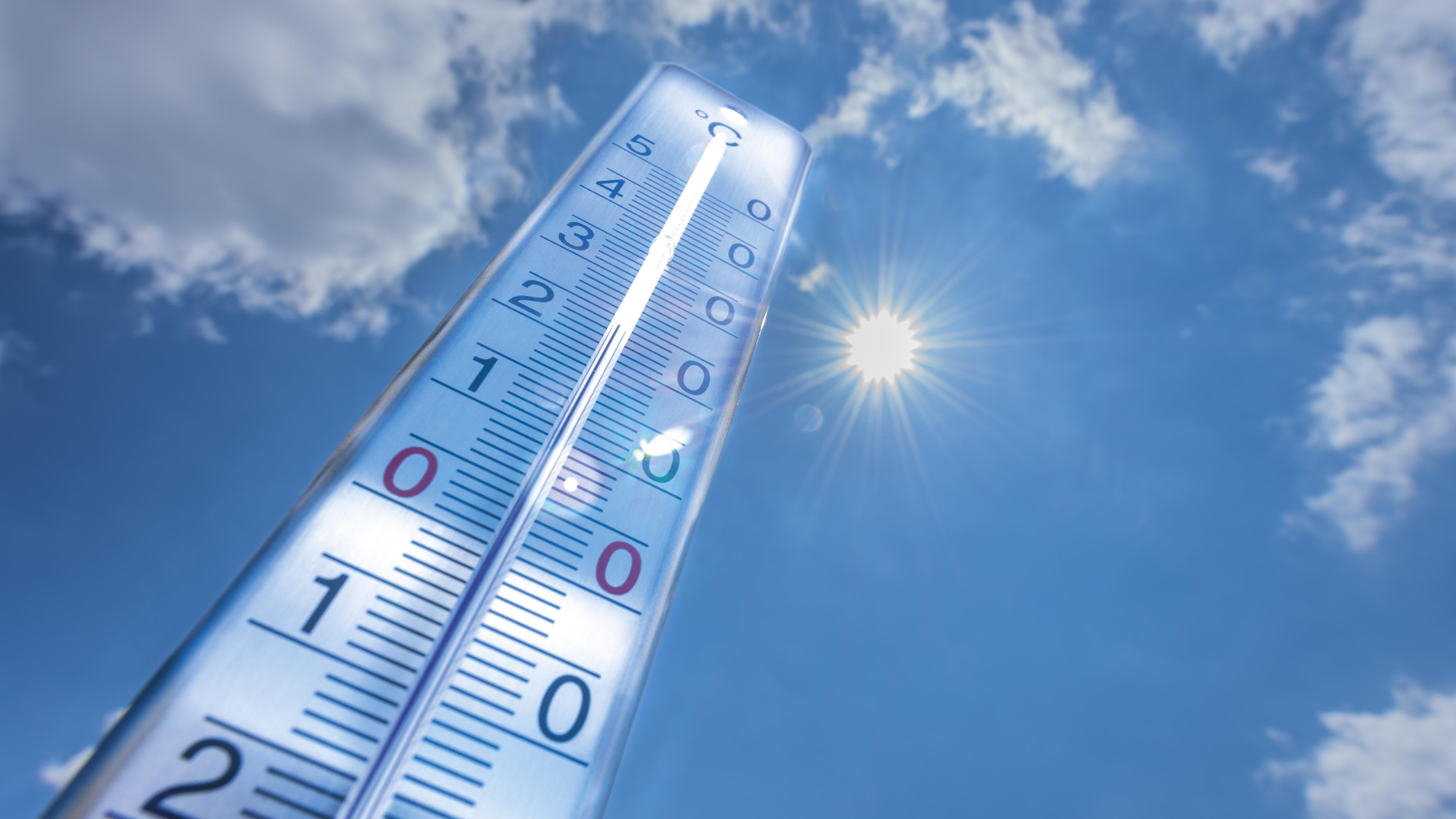 Thermometer, das von der Sonne angestrahlt wird