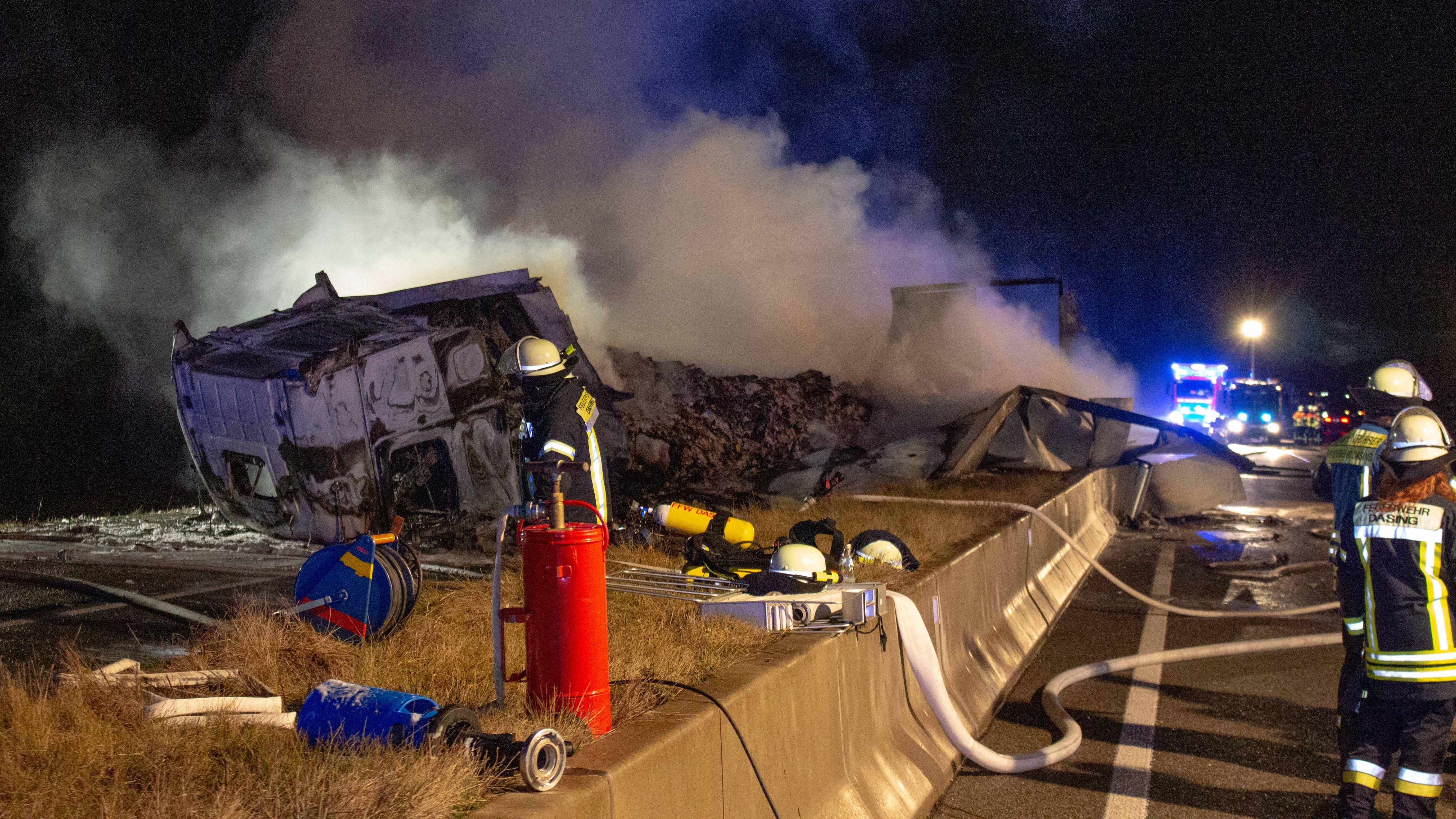 Schwerer LKW-Unfall auf der B300 zwischen Aichach-Süd und Ecknach. Ein LKW ist in Flammen aufgegangen und komplett ausgebrannt.