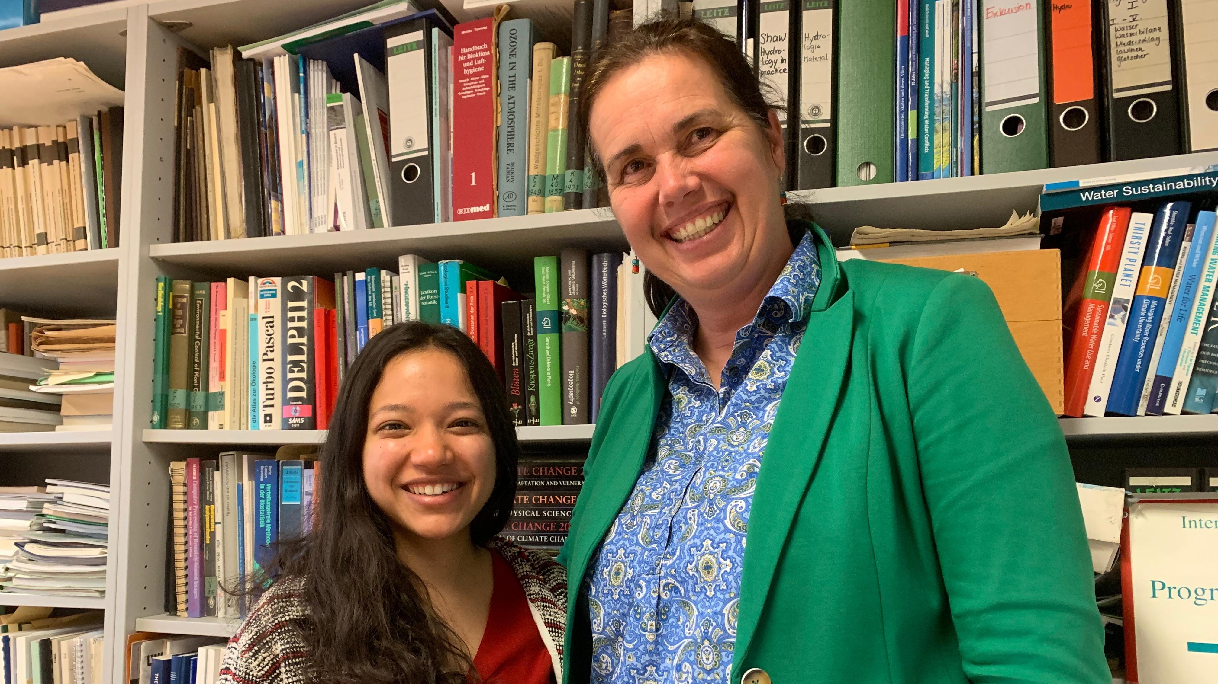 Annette Menzel, Professorin für Ökoklimatologie an der TU München am Standort Weihenstephan, mit ihrer Studentin Jainy Shah aus Indien.