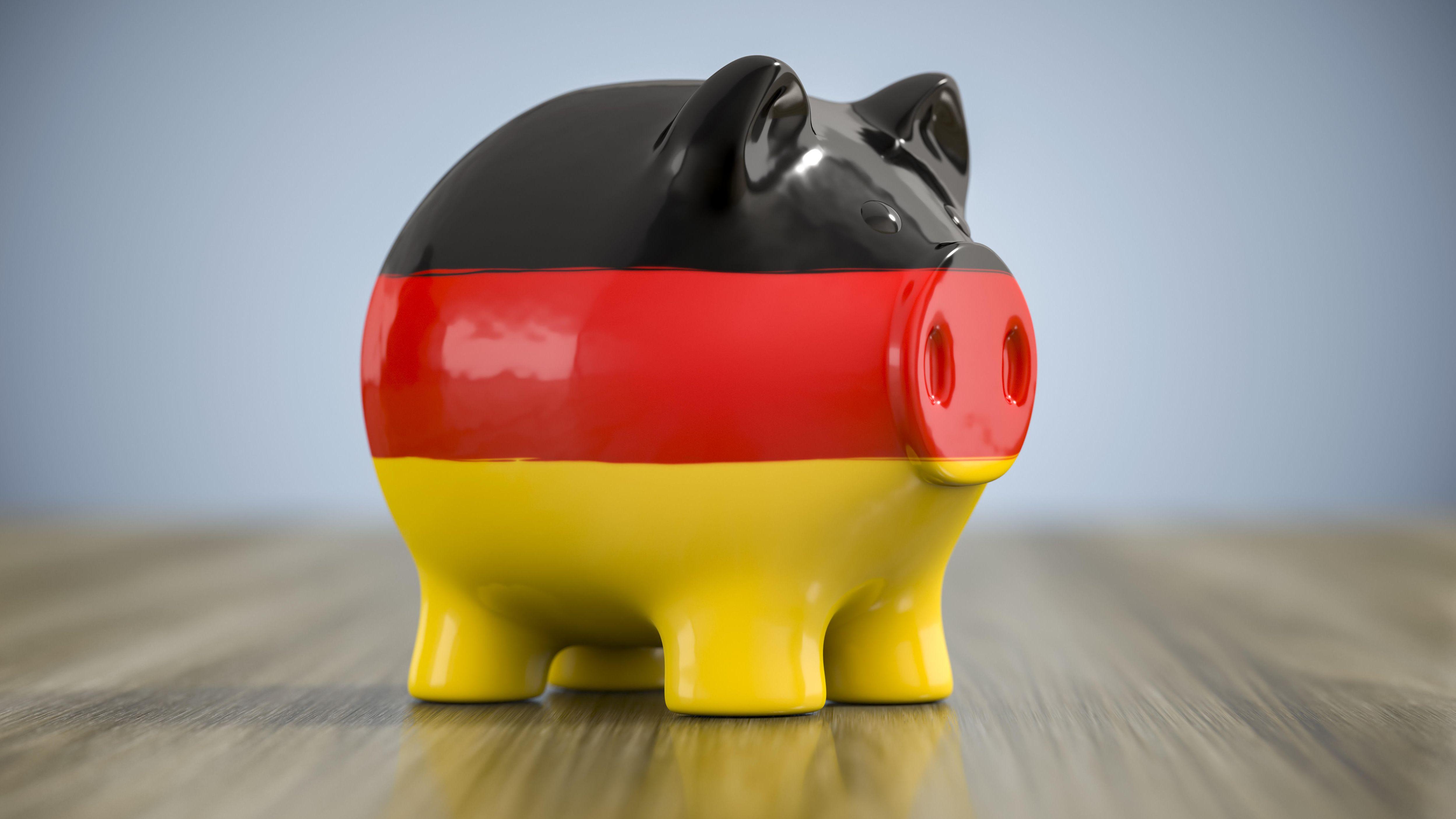 Ein Sparschwein in den Farben der deutschen Nationalflagge