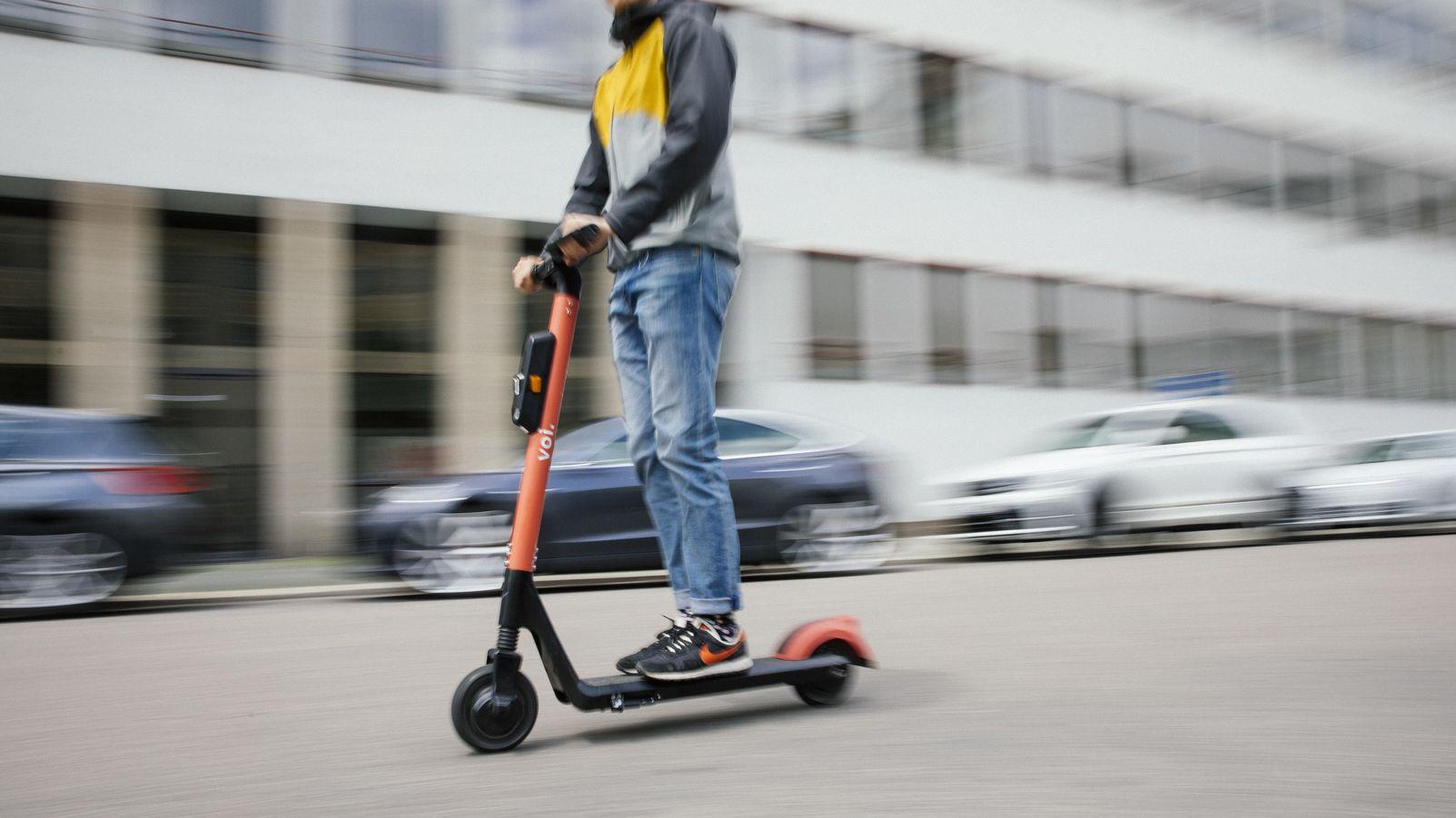 E-Scooter fährt auf der Straße