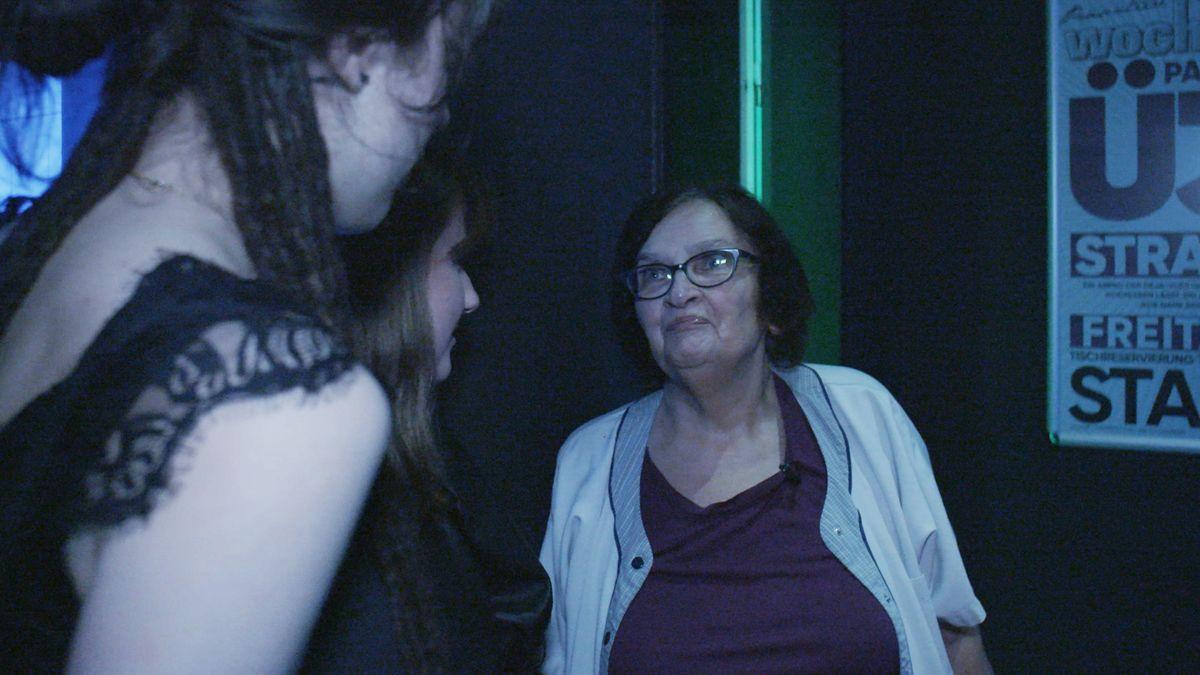 Helga Bauermann bei ihrer Arbeit in der Diskothek
