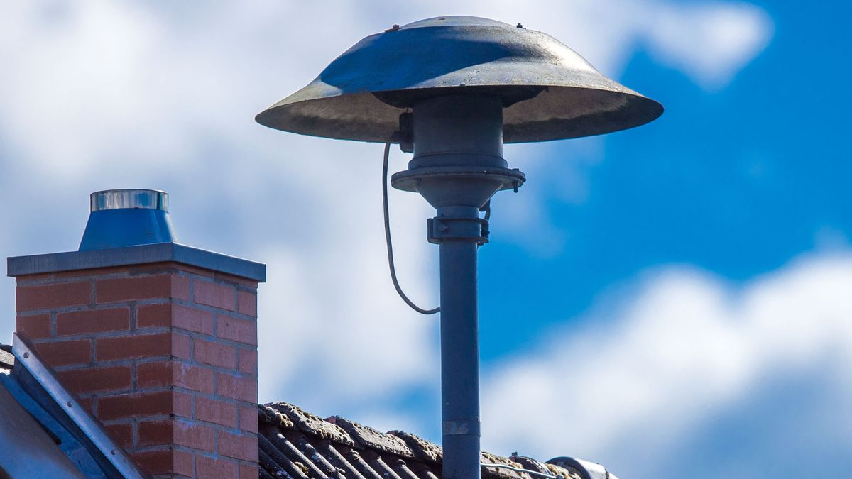 Symbolbild: Eine Alarmsirene steht auf einem Hausdach.