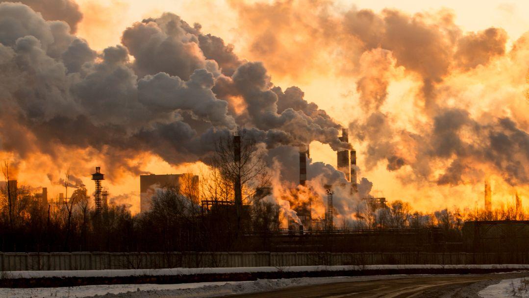 Luftverschmutzung durch Abgase einer Industrieanlage.