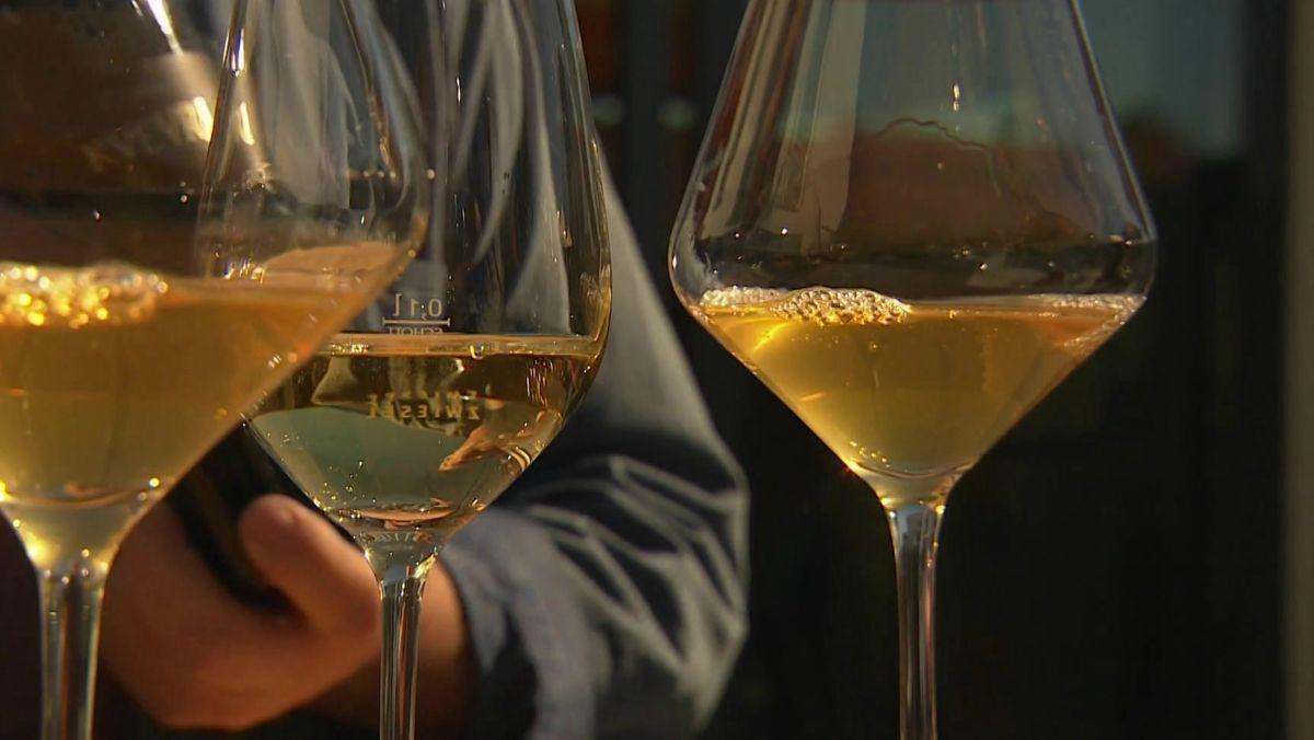 Drei Gläser mit Weißwein.