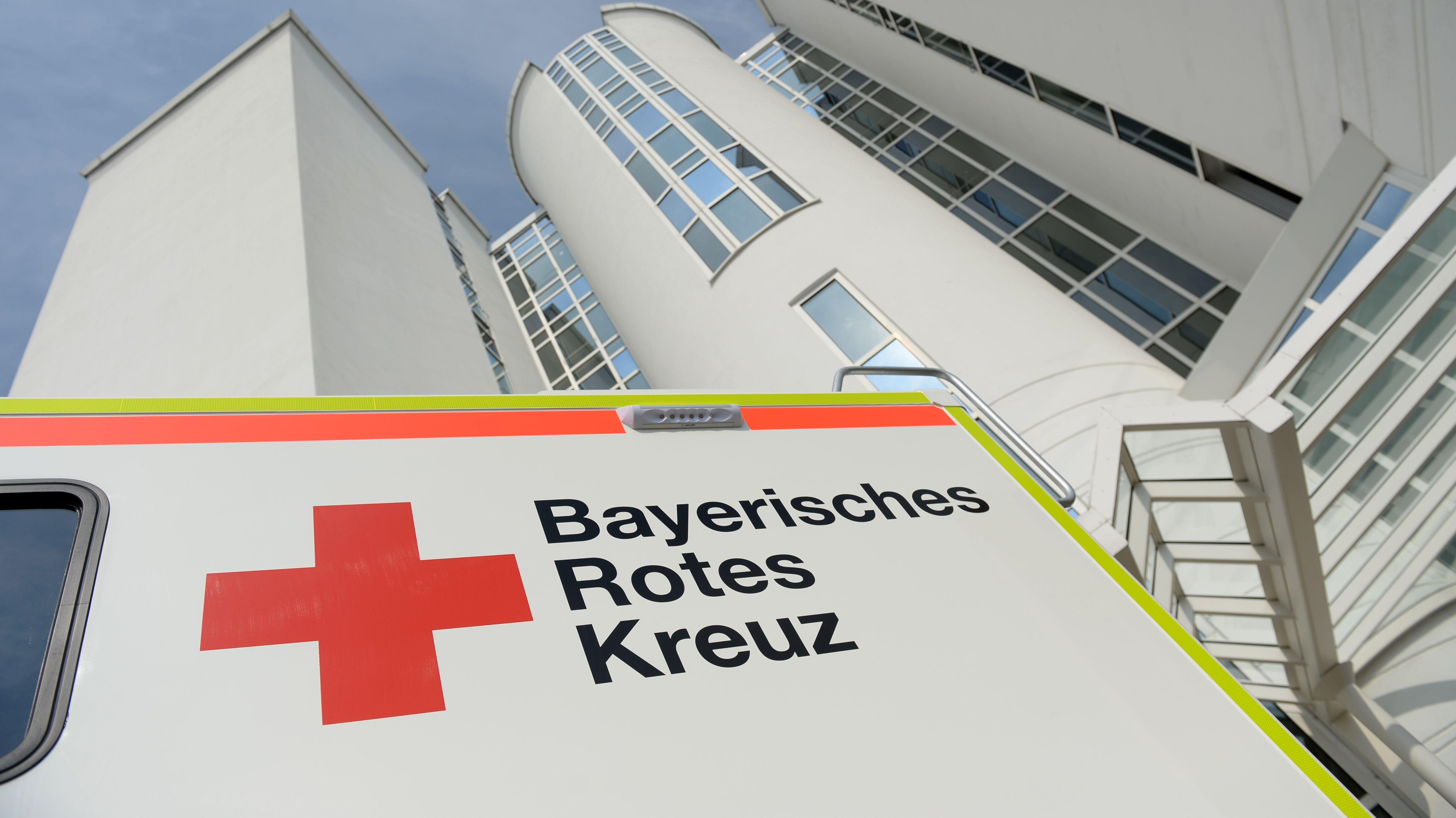 Ein Fahrzeug des Bayerischen Roten Kreuzes steht vor einem Gebäude
