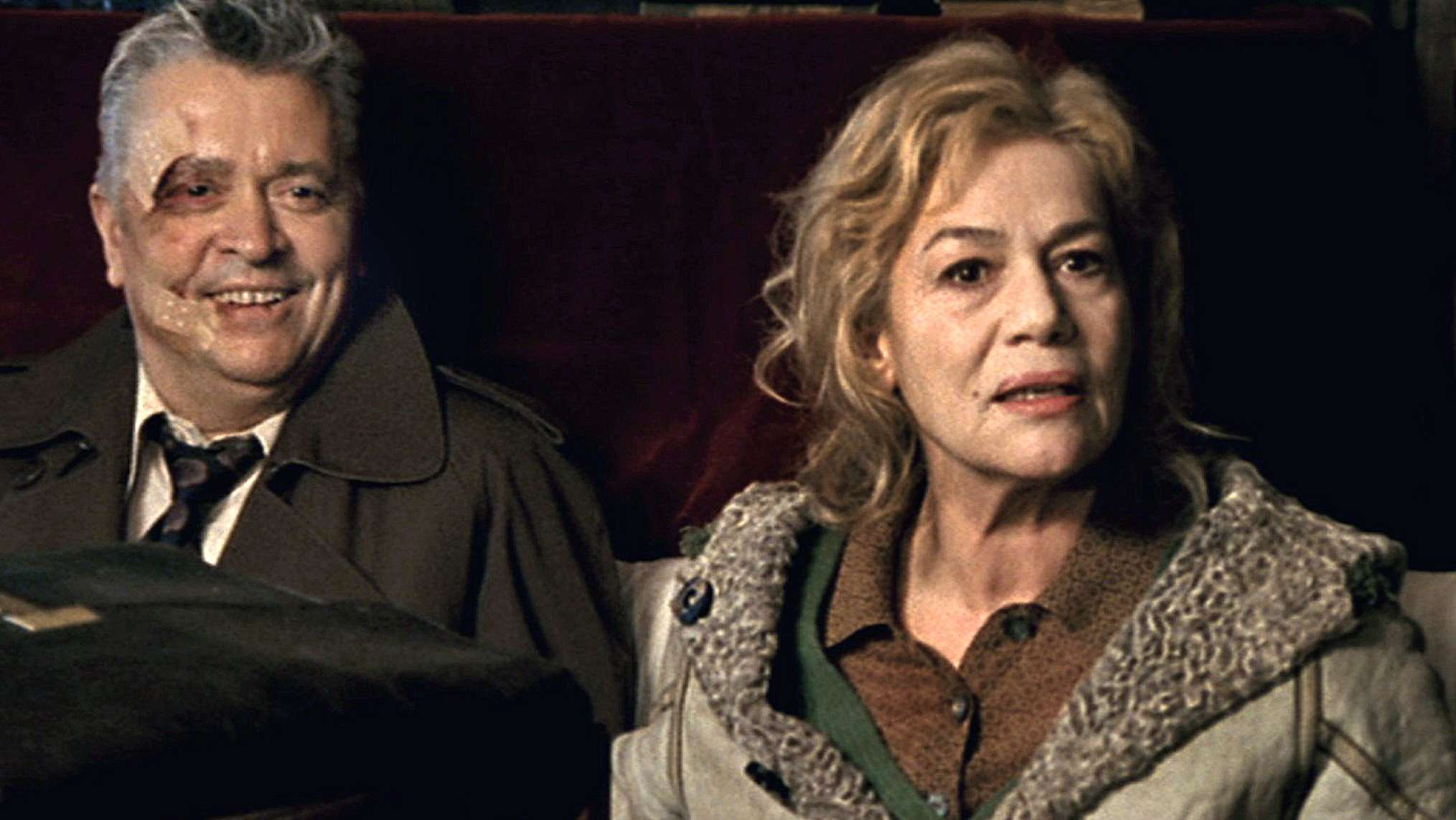 """Jaecki Zucker (gespielt von Henry Hübchen) sitzt mit seiner Frau Marlene (Hannelore Elsner) beim Scheidungsrichter in dem Film: """"Alles auf Zucker"""""""