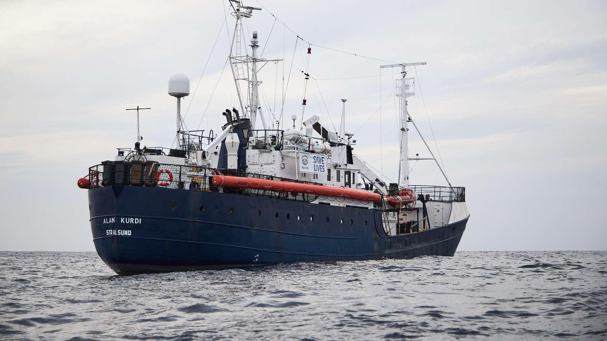 """64 Flüchtlinge sind auf dem Regensburger Seenotrettungsschiff """"Alan Kurdi"""" untergebracht."""