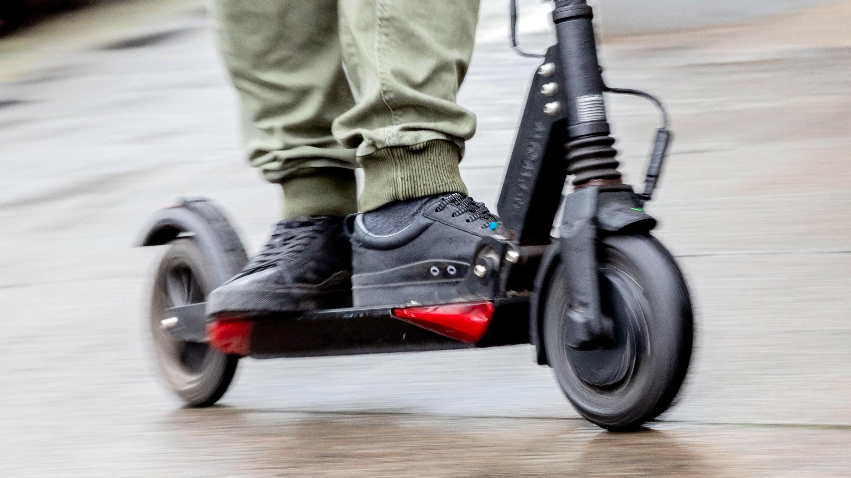 Archivbild: Der Geschäftsführer von Scooterhelden Berlin fährt mit einem E-Tretroller auf dem Gehweg.
