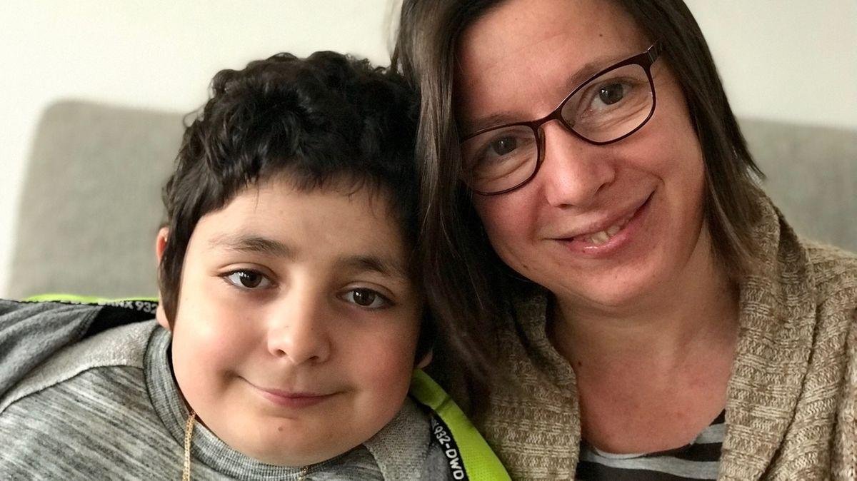Der 10-jährige Emin aus Günzburg hat Lymphdrüsenkrebs. Ihm hilft nur eine Stammzellenspende. Rechts Mama Michaela Cammarata.