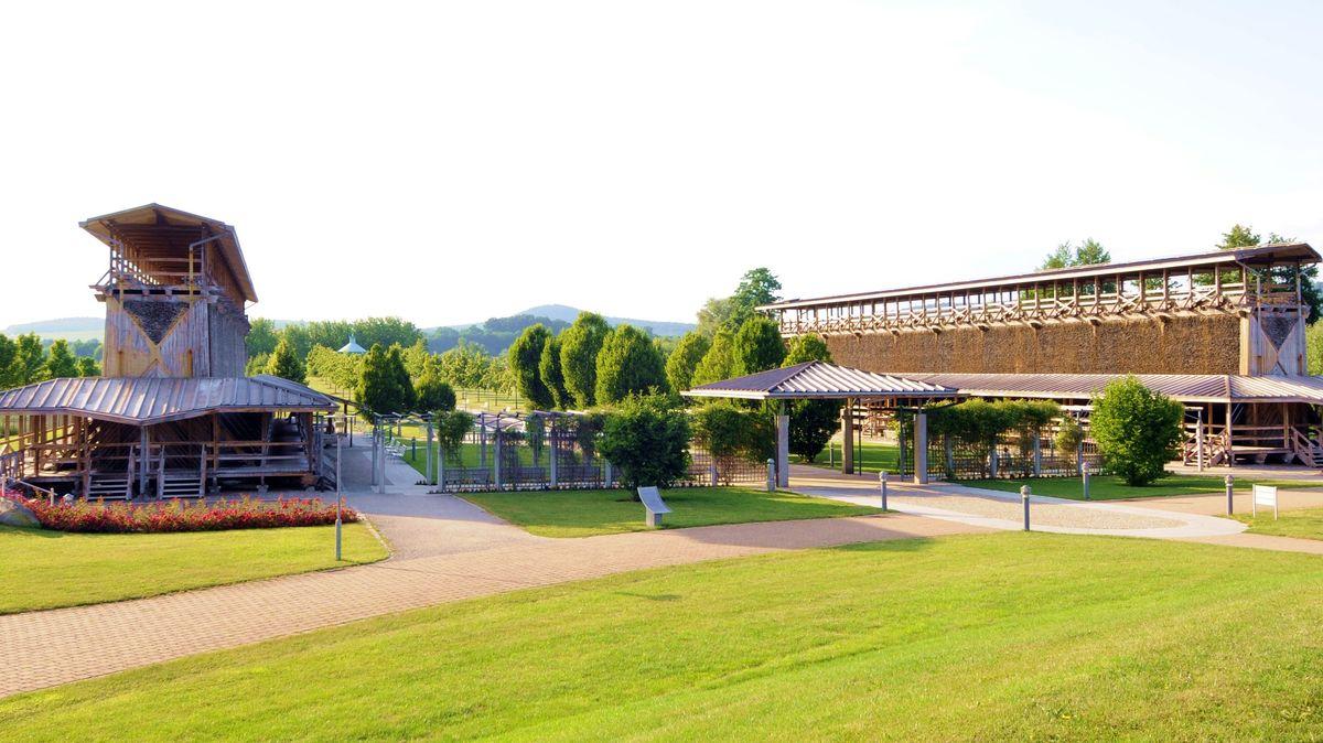 Das doppelflügelige Gradierwerk im Bad Staffelsteiner Kurpark.
