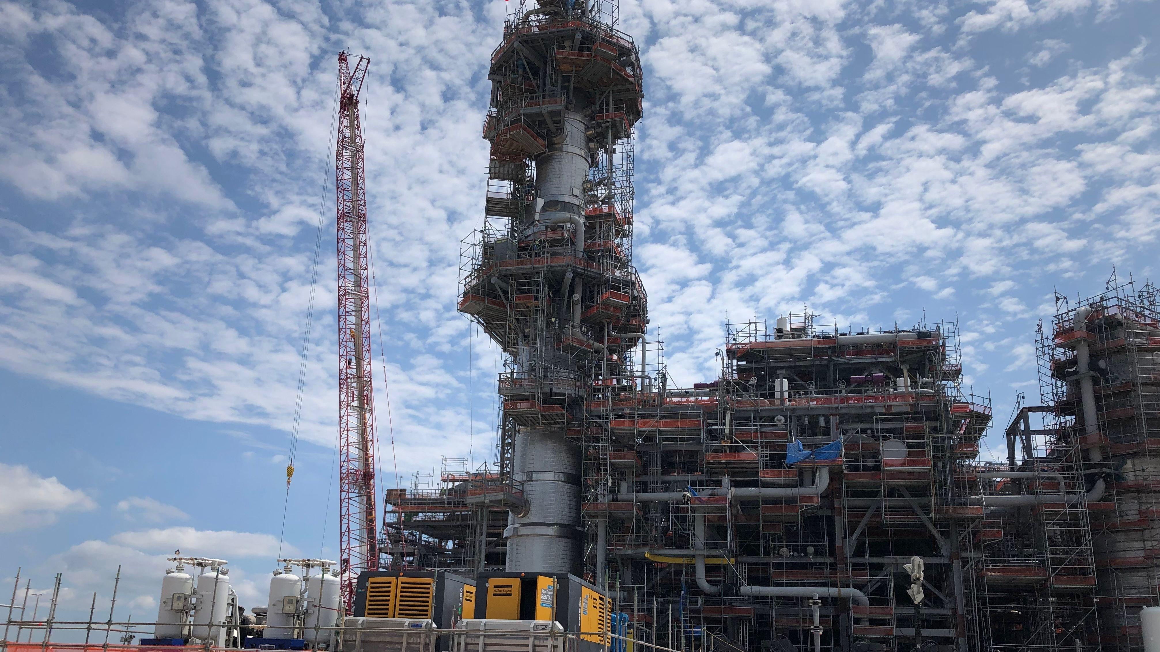 In diesem Turm wird das Erdgas abgekühlt auf -164 Grad Celsius - so wird es zu flüssigem LNG