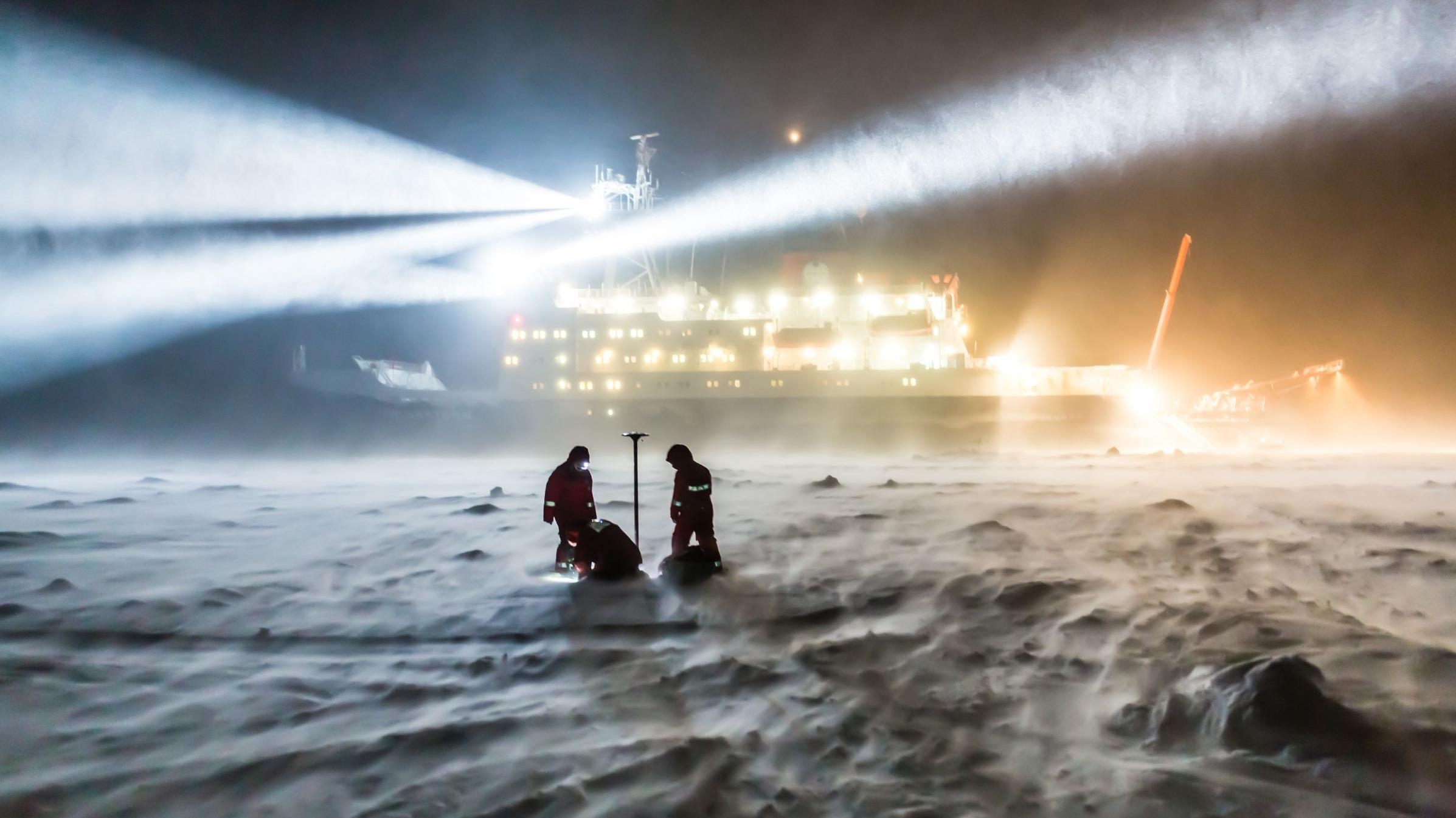 Der Forschungseisbrecher Polarstern lässt sich bei der MOSAiC-Expedition in der Arktis einfrieren und driftet ohne eigenen Antrieb durchs Nordpolarmeer.