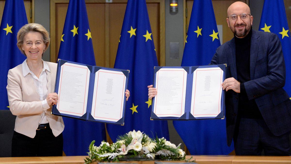 EU-Kommissionspräsidentin Ursula von der Leyen und EU-Ratspräsident Charles Michel unterzeichnen am 30.12.2020 den Brexitvertrag